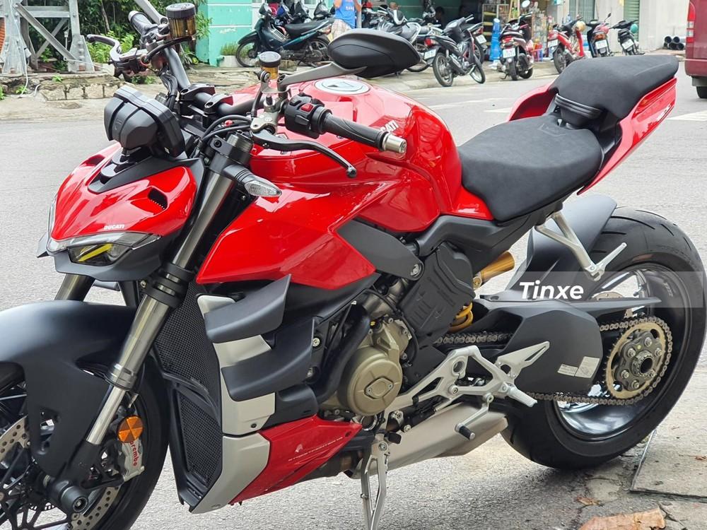 Ducati Streetfighter V4 2020 hiện là 1 trong những chiếc xe naked-bike mạnh nhất và đắt đỏ nhất tại Việt Nam tính đến thời điểm hiện tại.