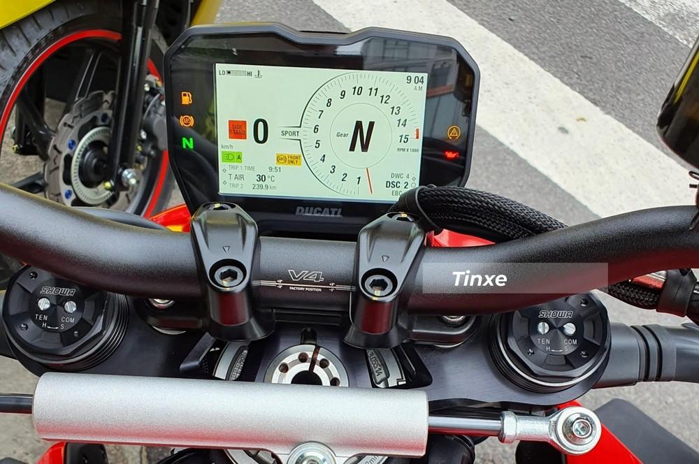 Thiết kế Streetfighter còn mang đến cho xe tay lái mới tạo nên tư thế ngồi hơi chồm về phía trước rất thể thao và cá tính. Ducati Streetfighter V4 2020 có bảng đồng hồ LCD toàn phần với các thông tin cơ bản đến quan trọng đều được tích hợp vào đây.