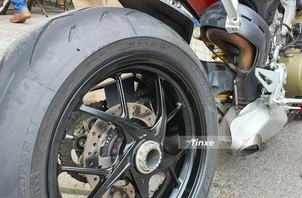 Hệ thống điện tử hỗ trợ trên Ducati Streetfighter V4 2020 bao gồm ABS Cornering EVO, hệ thống kiểm soát lực kéo DTC, hệ thống kiểm soát trượt bánh sau DSC, hệ thống kiểm soát hẫng bánh trước DWC, hệ thống hỗ trợ xuất phát DPL, hệ thống sang số nhanh hai chiều DQS EVO, hệ thống kiểm soát hãm tốc bằng động cơ EBC EVO cùng 3 chế độ vận hành: Race, Sport và Street.
