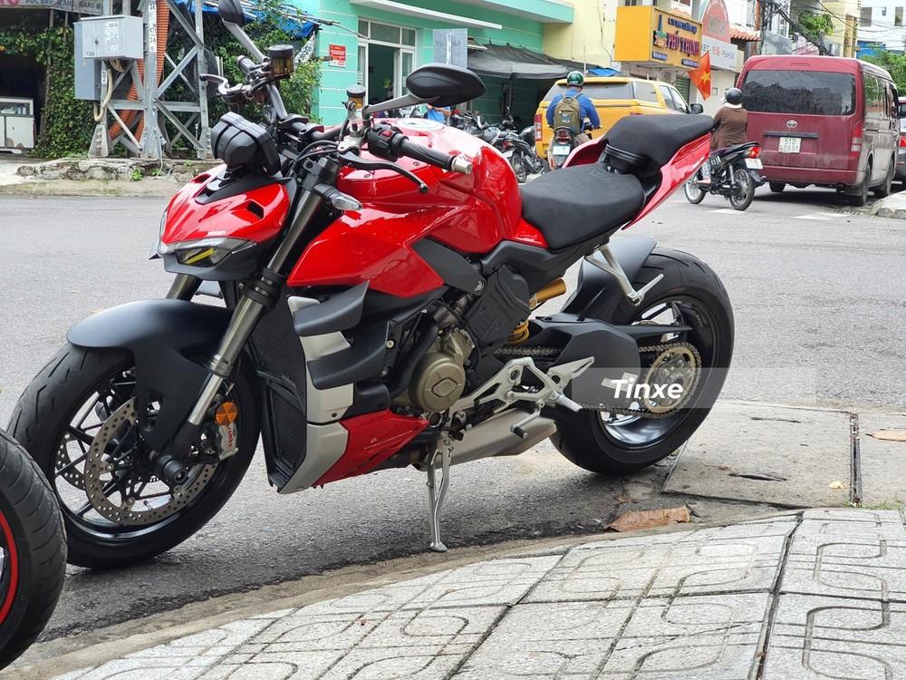 Tuy nhiên, một biker ở Nha Trang đã quyết định tậu chiếc naked-bike Ducati Streetfighter V4 2020 theo diện nhập khẩu chính hãng với lý do đây là chiếc xe đầu tiên tại Việt Nam và có nguồn gốc xuất xứ từ Ý. Trong khi đó, lô hàng Ducati Streetfighter V4 2020 chính hãng được nhập khẩu từ Thái Lan có giá bán rẻ hơn đến 300 triệu đồng.