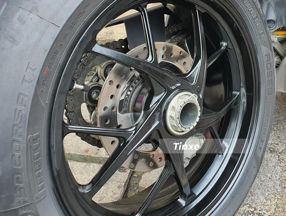 Và phanh đĩa sau dạng đơncó kích thước 245 mm. Phanh trên Ducati Streetfighter V4 2020 mang thương hiệu Brembo. Hai phiên bản tiêu chuẩn và bản S của Ducati Streetfighter V4 2020 đều có hệ thống chống bó cứng phanh ABS EVO tiêu chuẩn.
