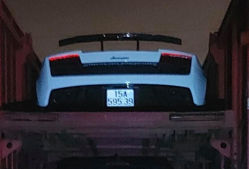 Còn đây là hình ảnh chiếc Lamborghini Gallardo LP570-4 Spyder Performante đã yên vị trên xe lồng để chuẩn bị Nam tiến