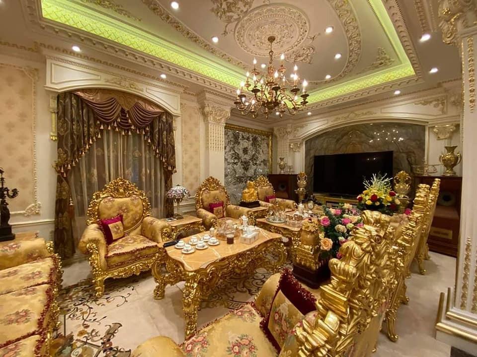 Bên trong có nội thất được cho dát vàng