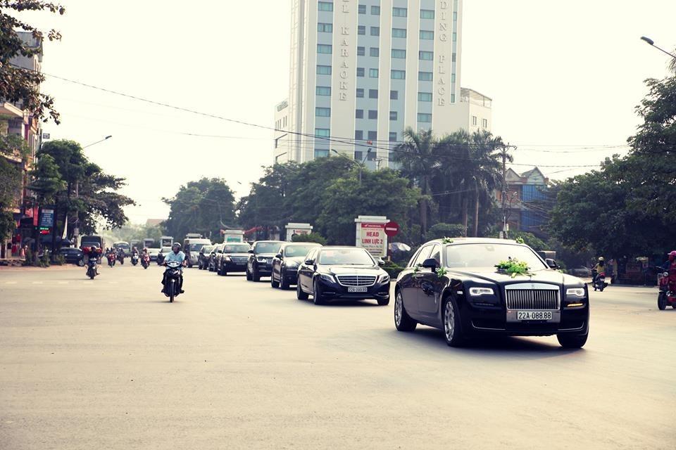 Rolls-Royce Ghost Series II biển tứ quý 8 và ngay sau đó là xe siêu sang cũng như SUV đắt tiền của Porsche, Range Rover hay Lexus