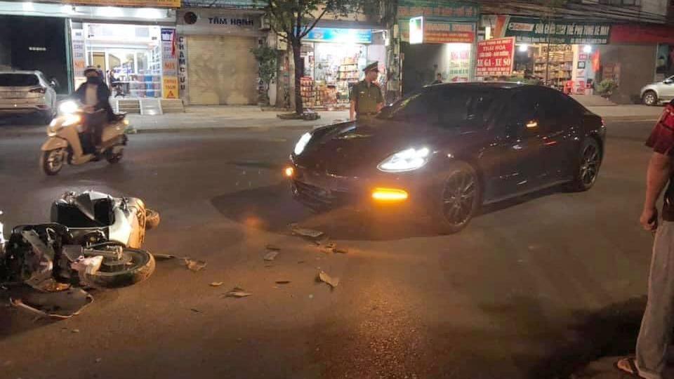 Chiếc xe sang Porsche Panamera hư hỏng nặng đầu xe sau va chạm giao thông