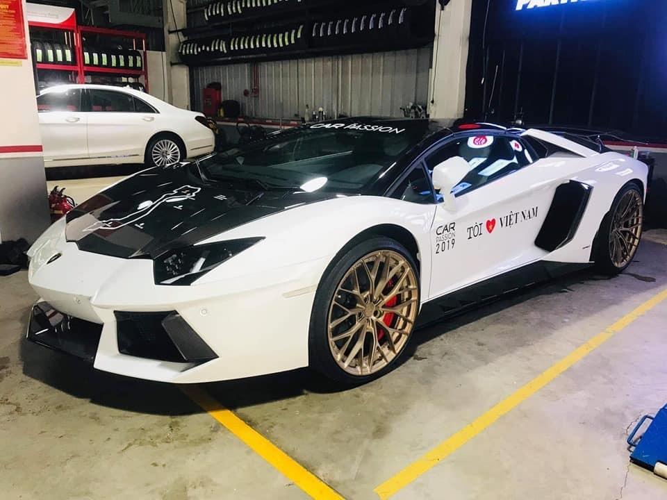 Vẻ đẹp của chiếc siêu xe mui trần Lamborghini Aventador LP700-4 Roadster có gói độ gần nửa tỷ đồng khi tham dự hành trình Car Passion vào năm ngoái