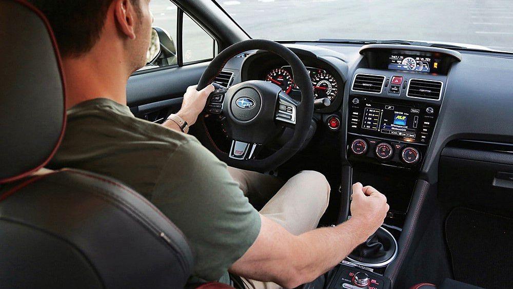 Xe ô tô AT và MT đều có những ưu nhược điểm riêng.