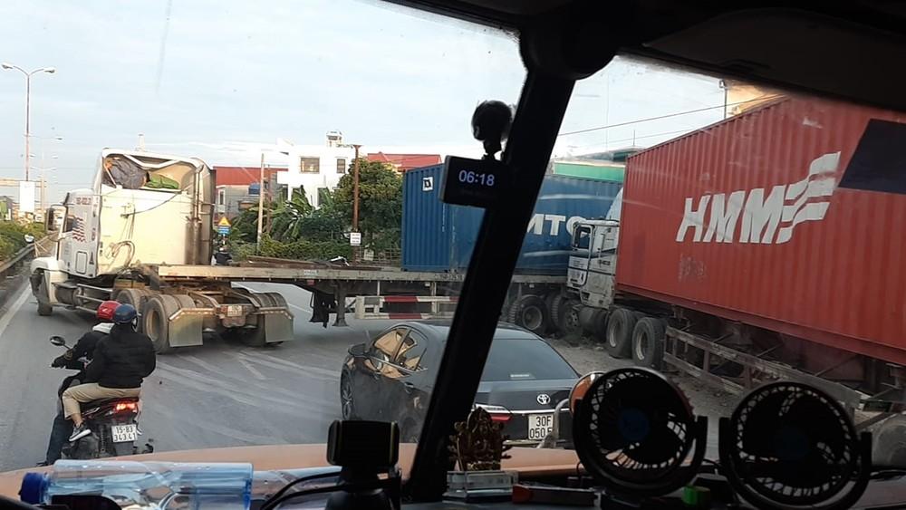 Chiếc xe container nằm chắn ngang đường trên QL5