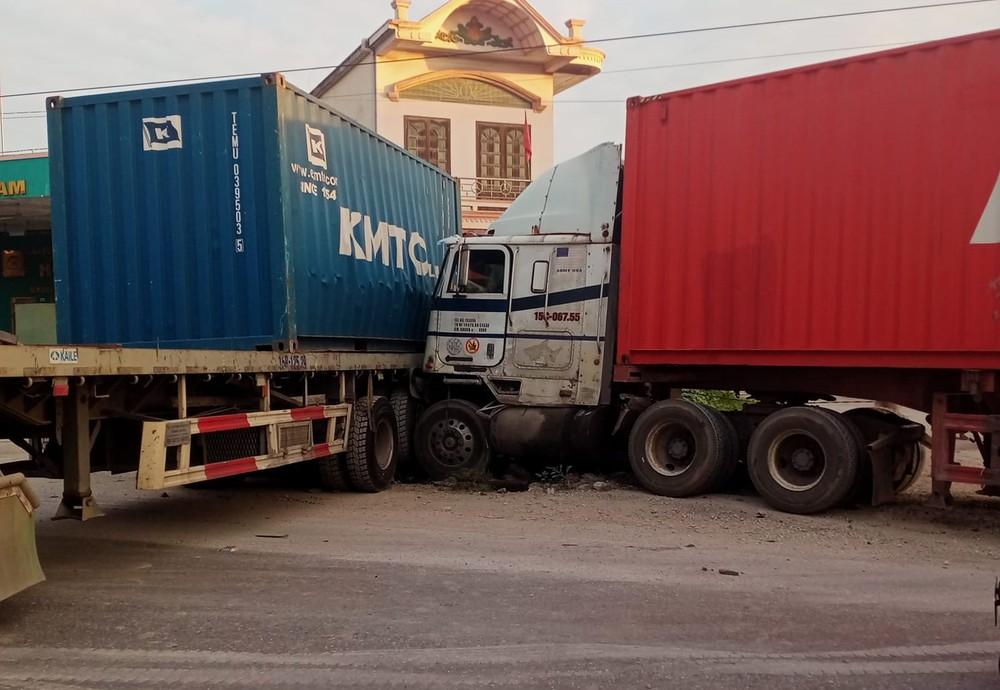 Hai chiếc xe container tông nhau trên QL5 vào rạng sáng nay