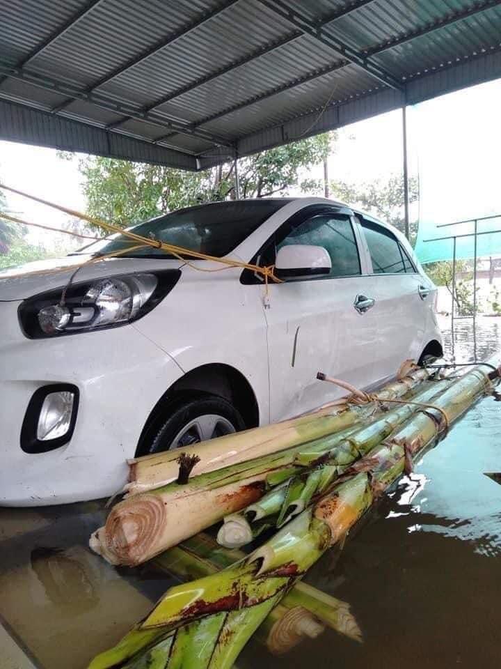 Người dân sử dụng bẹ chuối kết làm bè nổi để nâng xe khi nước lên.