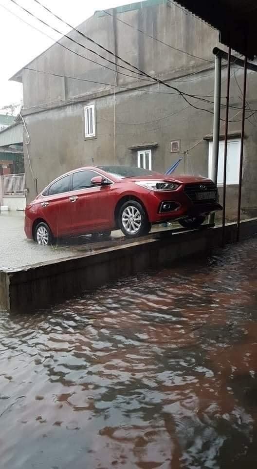 Giải cứu xe ô tô mùa mưa lũ cũng là một yêu cầu cấp bách với nhiều gia đình trong vùng gặp nạn.