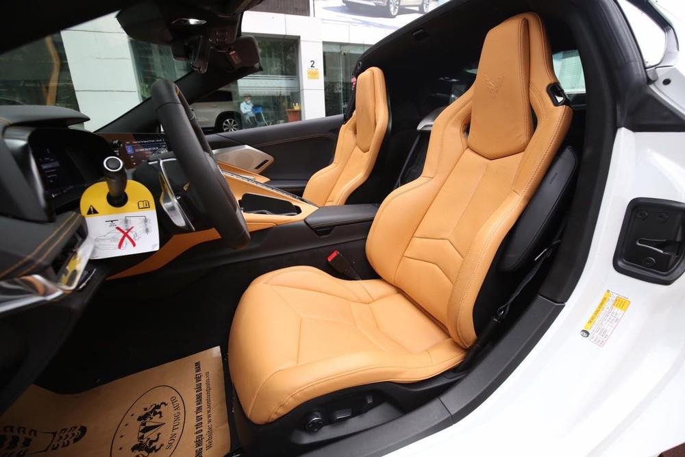 Xe có ghế ngồi bọc màu da bò cùng các điểm nhấn hoàn thành màu đen