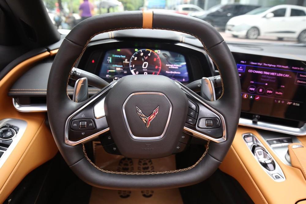 Vô lăng của Chevrolet Corvette C8 Stingray 2LT 2020 đầu tiên Việt Nam và phía sau là bảng đồng hồ, kế bên là màn hình giải trí thiết kế hướng về người lái