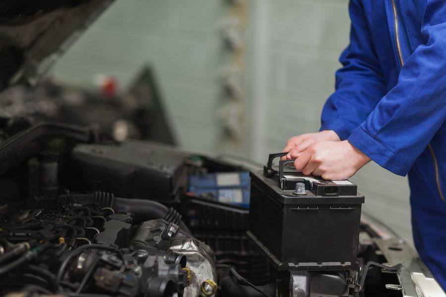 Máy phát điện ô tô đóng vai trò quan trọng, cung cấp điện cho các thiết bị khác trên xe.
