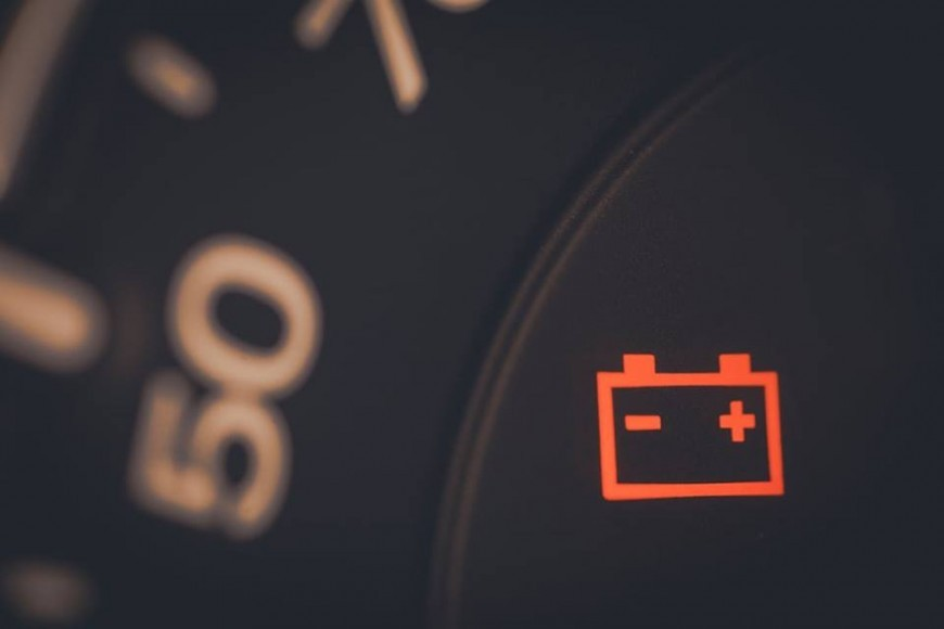 Đèn báo sạc vẫn sáng khi động cơ đang hoạt động chứng tỏ máy phát điện đang gặp trục trặc.