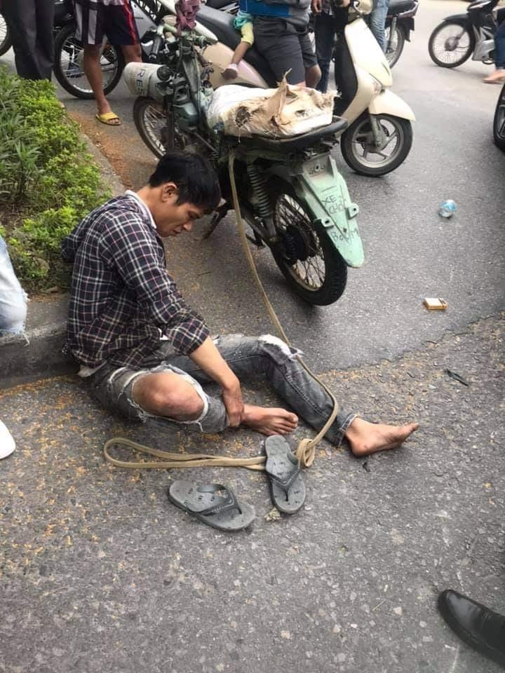 Thanh niên điều khiển xe máy chở bình ô-xy bị thương ở chân