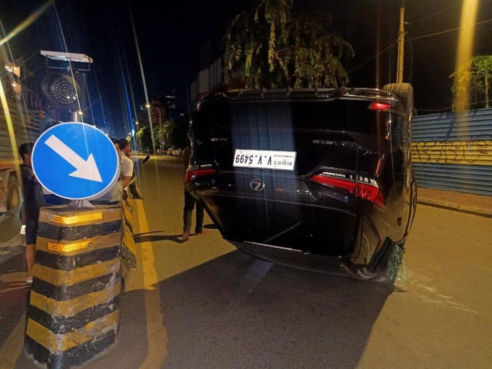 Chiếc xe Lexus RX 300 đời 2020 hư hỏng nặng sau tai nạn vào đêm khuya