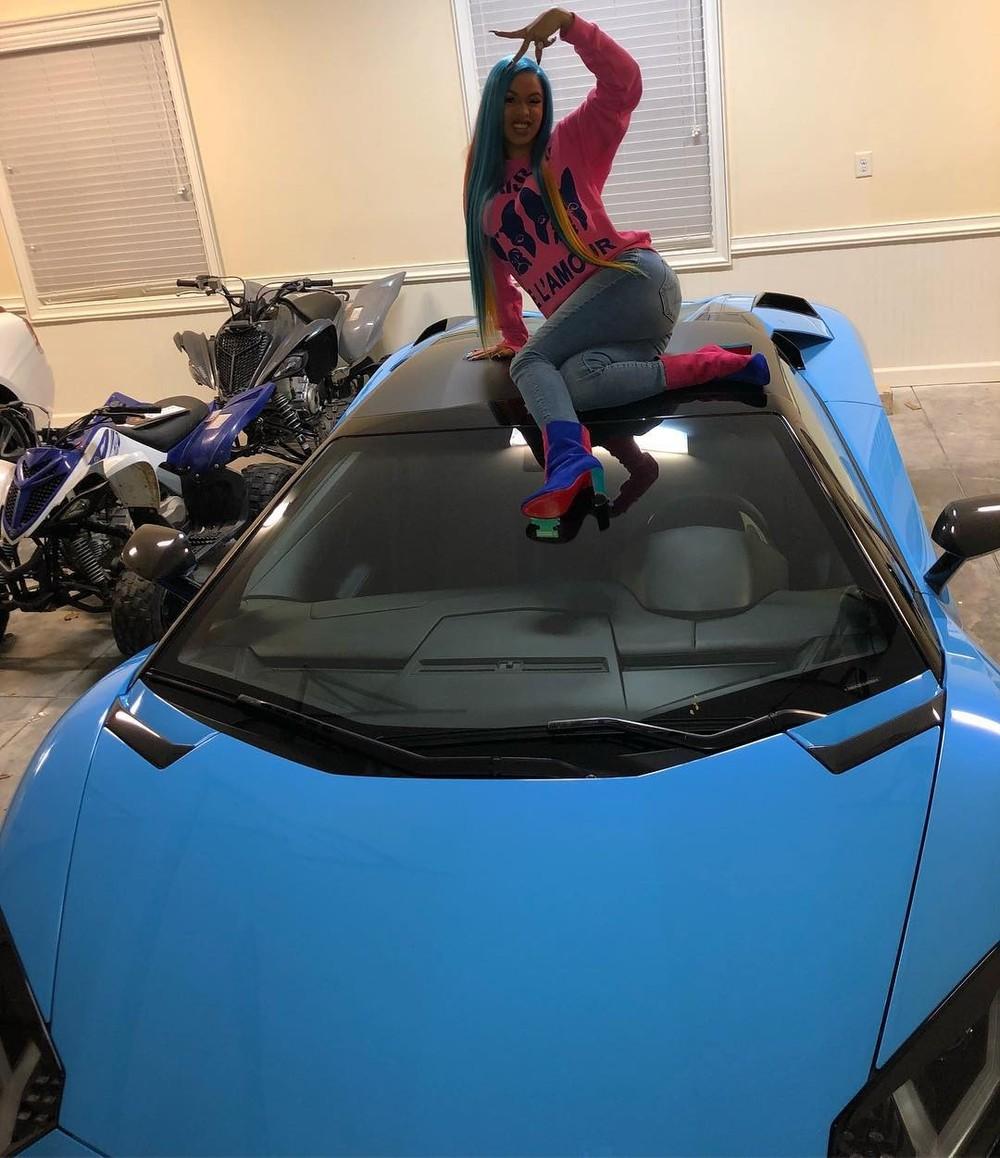 Cardi B chụp ảnh bên chiếc Lamborghini Aventador S Roadster của mình