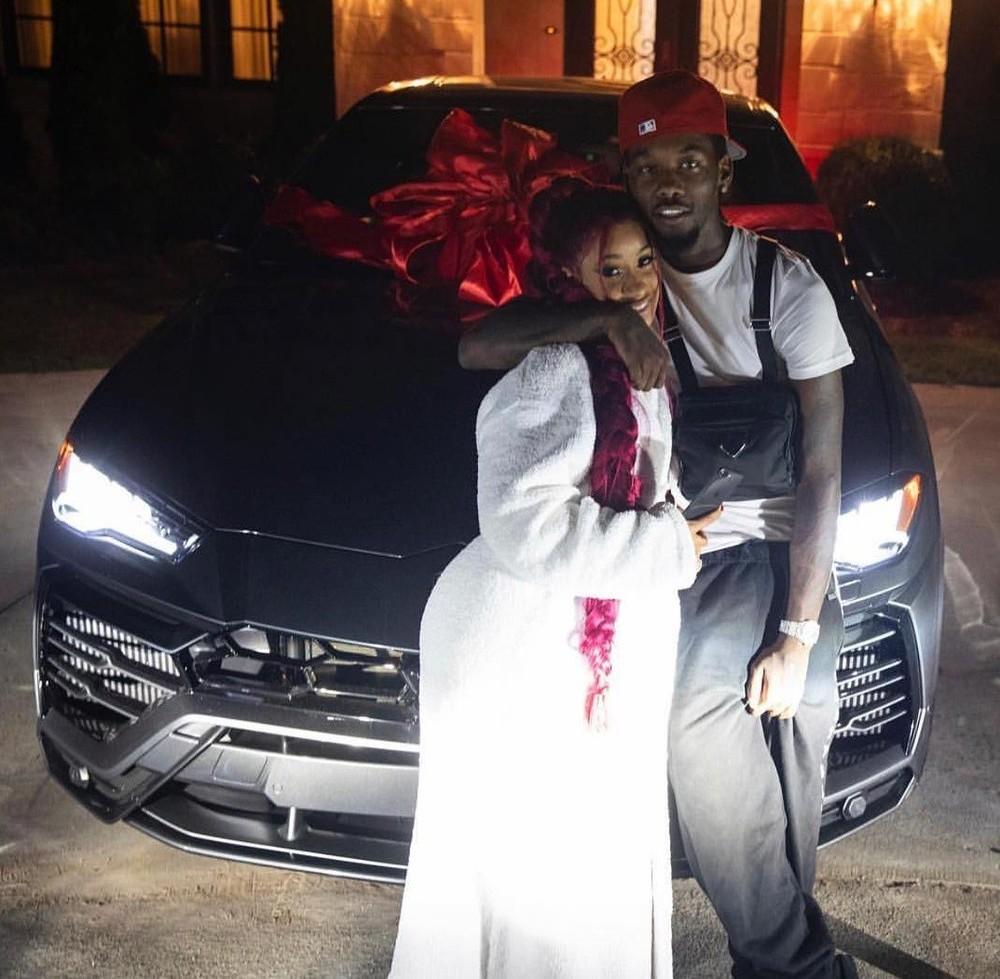 Vợ chồng Cardi B và Offset chụp ảnh bên chiếc siêu xe Lamborghini Urus