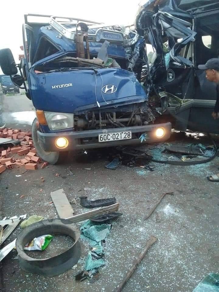 Cả 2 chiếc ô tô đều bị hư hỏng nặng