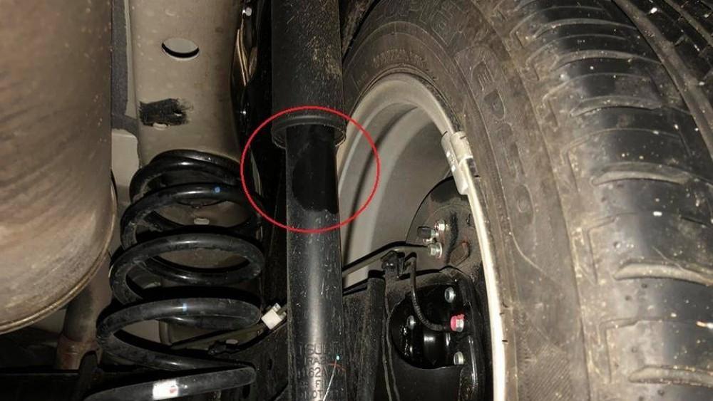 Quan sát bằng mắt thường để tìm những chỗrò rỉ,nếu có các dấu hiệu này bạnnên mang xe tới gara để kiểm tra và sửa chữa.