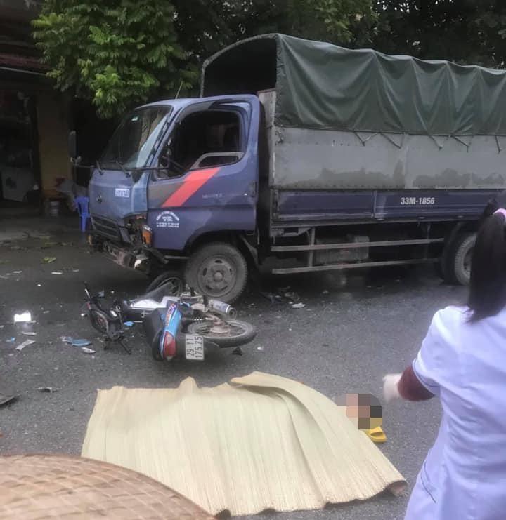 Hiện trường vụ tai nạn giao thông giữa xe máy với xe tải làm 2 thanh niên thương vong