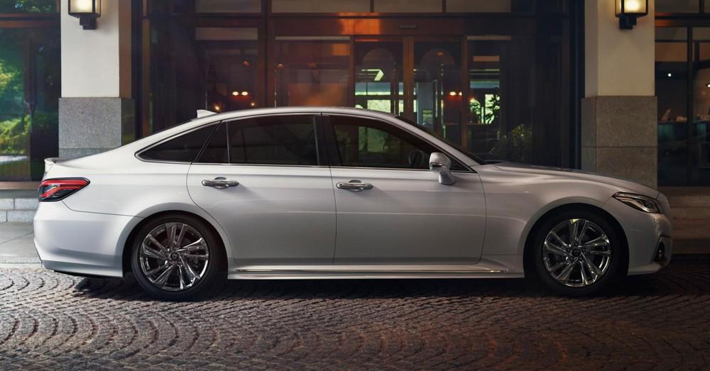 Mẫu sedan hạng sang cỡ lớn này có thêm màu sơn ngoại thất và la-zăng mới