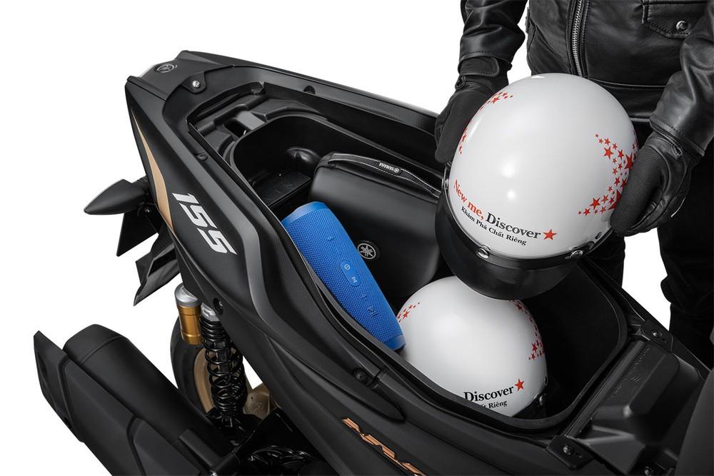 Cốp xe máy Yamaha NVX có dung tích 25 lít, có thể để vừa hai mũ nửa đầu và một số vật dụng cá nhân khác