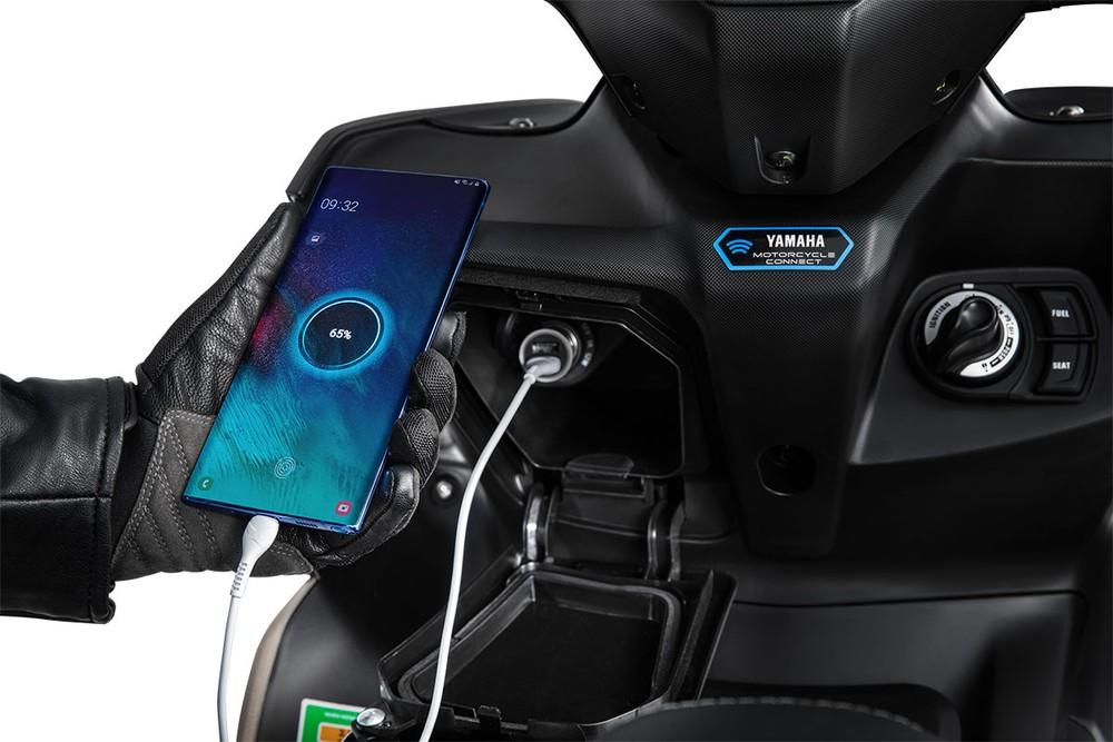 Ngoài ra, phía trước xe còn có hộc chứa đồ nhỏ, tích hợp cổng sạc cho hệ thống định vị hoặc điện thoại thông minh