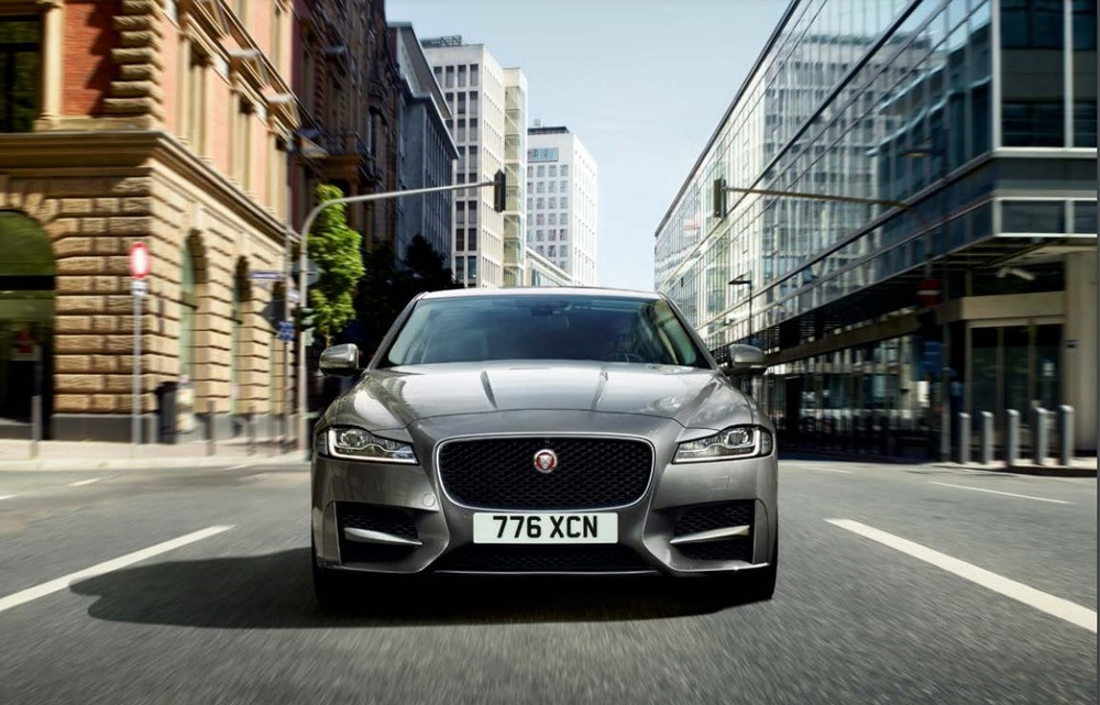 Diện mạo phía trước đầy thu hút của Jaguar XF.