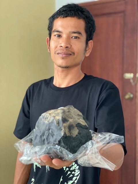 Josua Hutagalung cầm trên tay thiên thạch trị giá hàng triệu USD