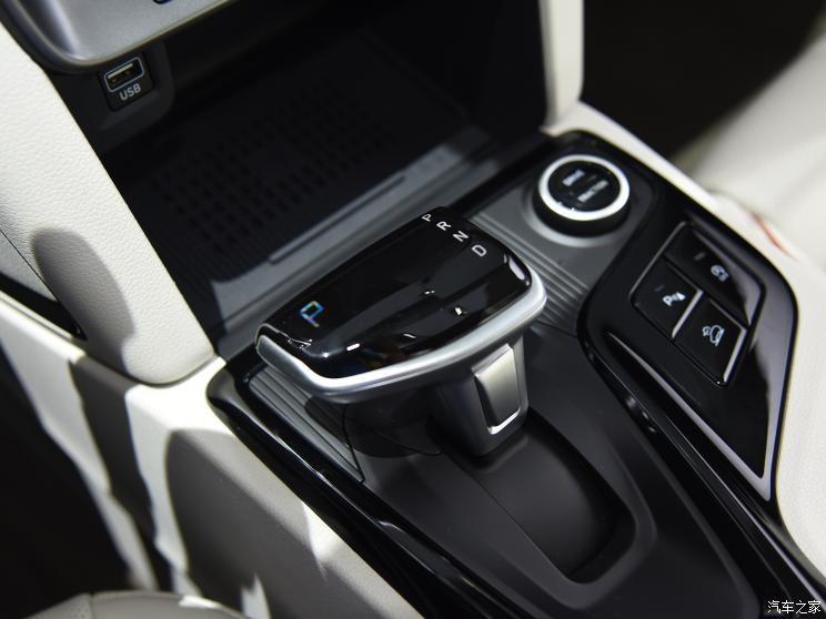Cần số trên cụm điều khiển trung tâm của Hyundai ix35 2021
