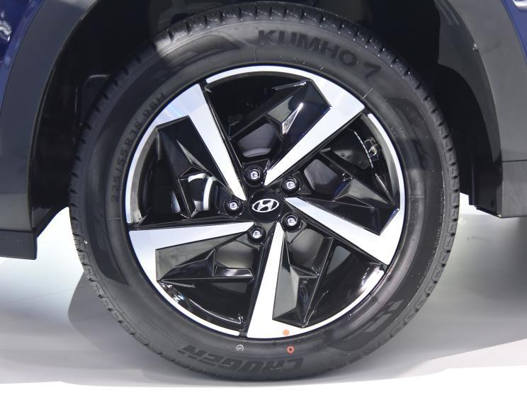 Hyundai ix35 2021 dùng vành hợp kim 18 inch và lốp Kumho