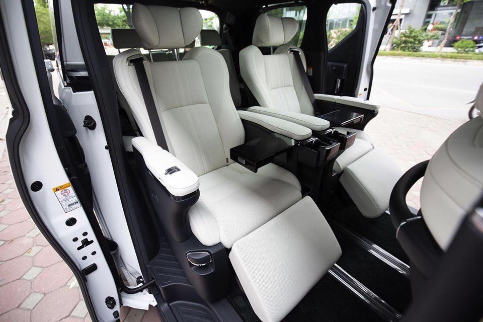Còn đây là nội thất của MPV hạng sang Lexus LM 300h 2020 phiên bản 7 chỗ ngồi