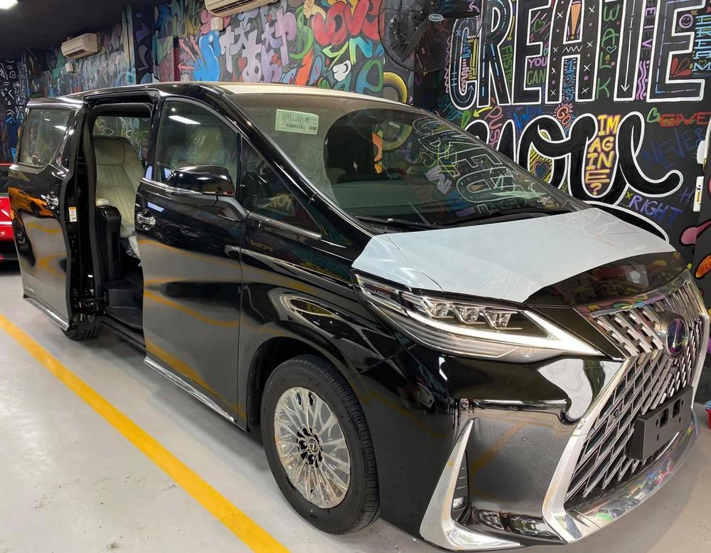 Chiếc xe MPV hạng sang Lexus LM 300h 2020 này thuộc phiên bản 4 chỗ ngồi