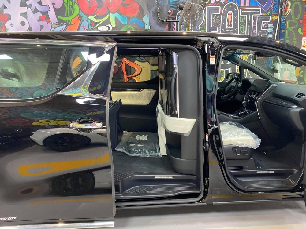 MPV hạng sang Lexus LM 300h 2020 sử dụng kiểu trượt ngang