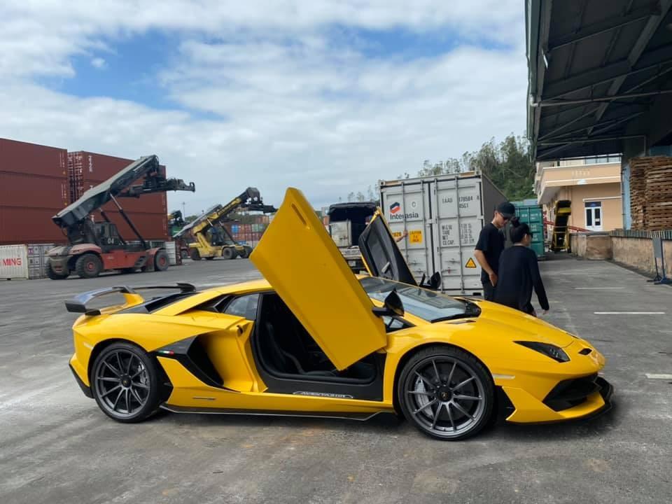 Lamborghini Aventador SVJ màu vàng đầu tiên về Việt Nam tung cánh