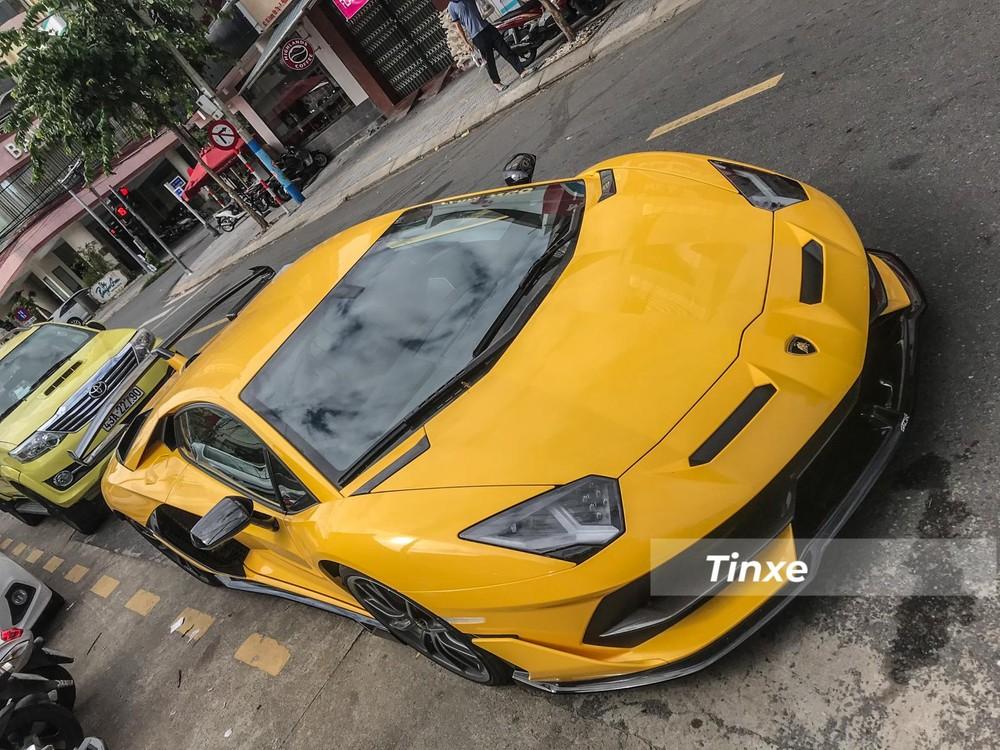 Mới lộ ảnh về Việt Nam, Lamborghini Aventador SVJ màu vàng đã có mặt trên đường phố