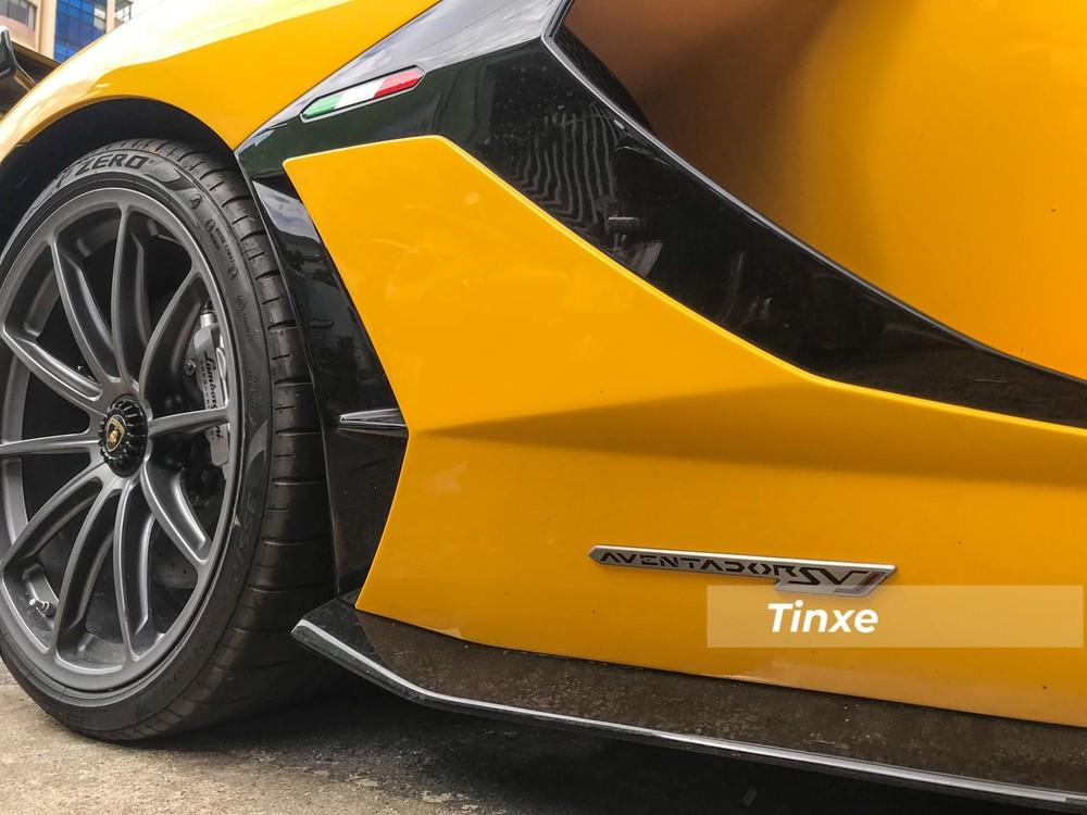Biểu tượng cờ Ý cùng logo Aventador SVJ ở hốc gió hay sườn xe