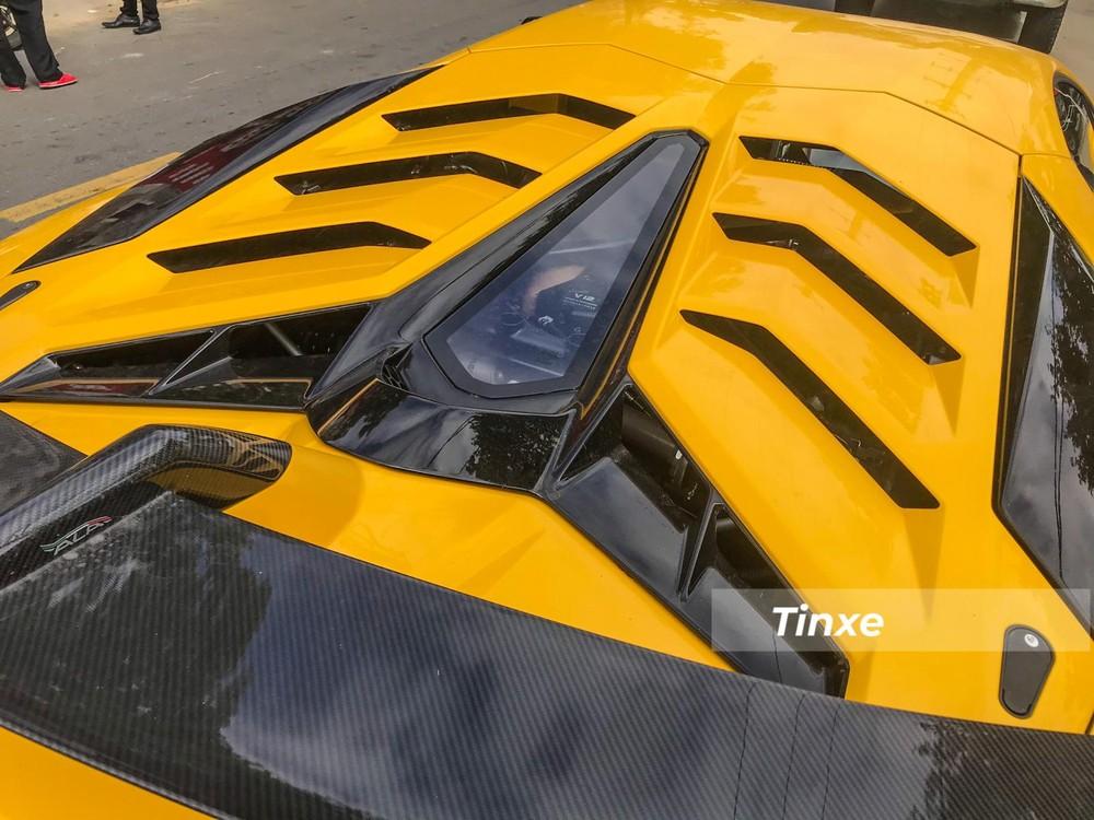 Ngoại thất chiếc siêu xe Lamborghini Aventador SVJ thứ 2 về Việt Nam là màu vàng đi kèm nhiều chi tiết carbon bóng