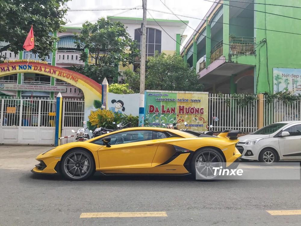Chiếc xe này mang màu sơn vàng Giallo Evros