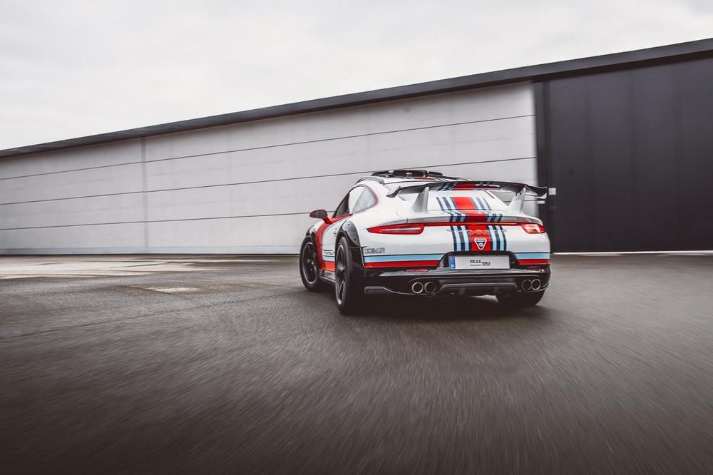 Khung gầm xe được nâng cao, thân vỏ được gia cố cứng cáp hơn và trang trí xọc màu Martini