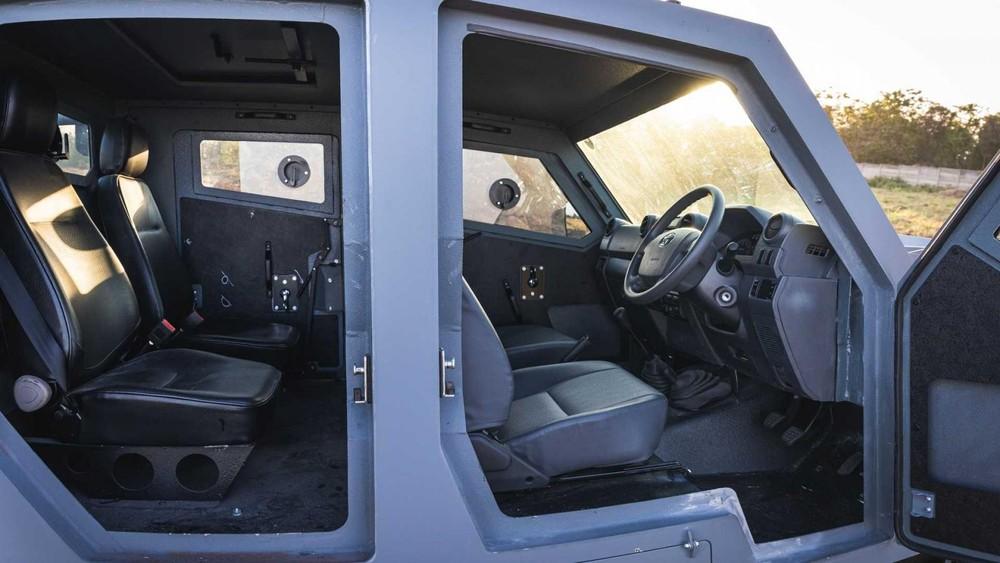 Max 3 có hệ thống cửa tự sát để dễ bước vào cabin