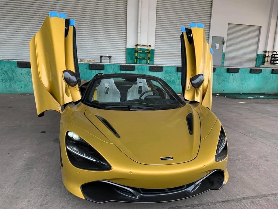Đây là 1 trong 8 chiếc siêu xe mui trần McLaren 720S Spider đang lăn bánh tại Việt Nam