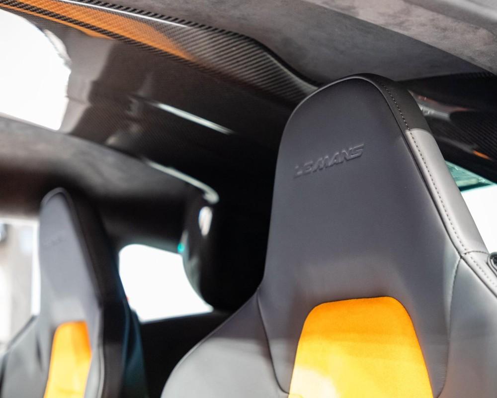 Logo Le Mans thêu trên tựa đầu ghế ngồi