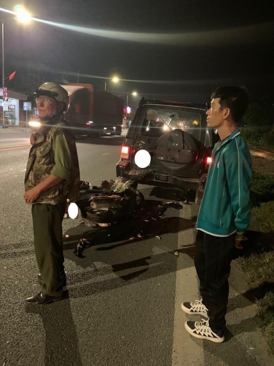 Người dân theo dõi vụ tai nạn cũng như điều tiết giao thông để chờ lực lượng chức năng có mặt