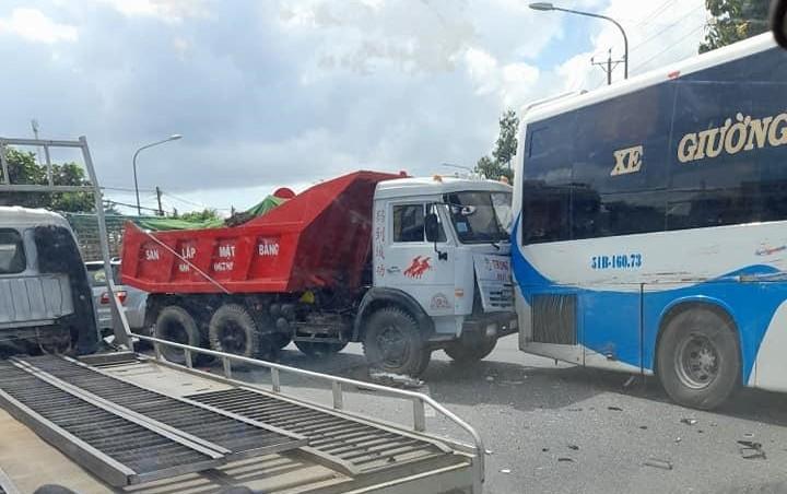 Vụ tai nạn khiến giao thông qua QL1A gặp khó khăn