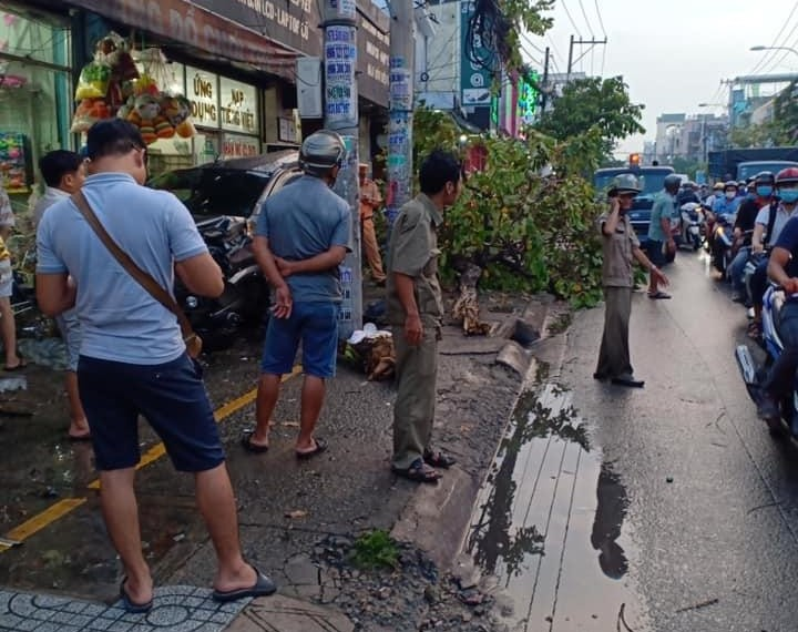 Vụ tai nạn làm giao thông qua đường Nguyễn Ảnh Thủ kẹt xe nghiêm trọng