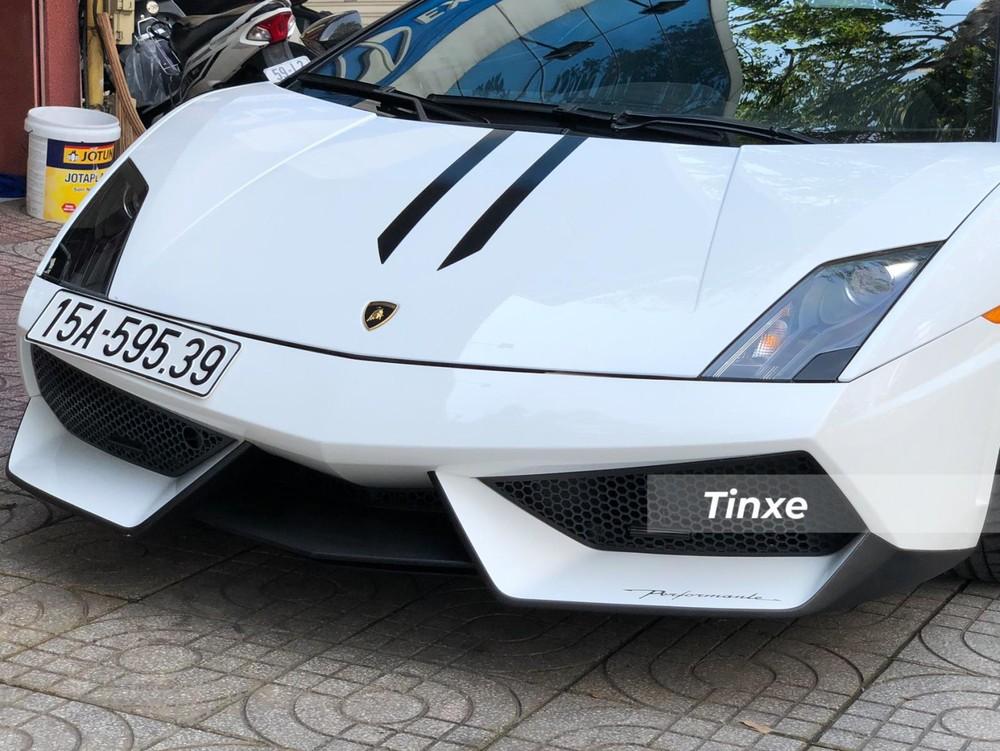 Phần đầu siêu xe Lamborghini Gallardo LP570-4 Spyder Performante thiết kế rất hầm hố, chia thành 3 phần riêng biệt