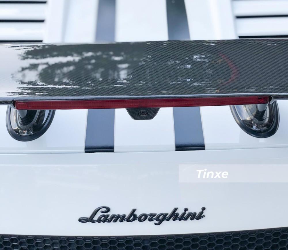 Ngoài ra là nhiều chi tiết bằng sợi carbon bóng chẳng hạn như cánh gió đuôi xe